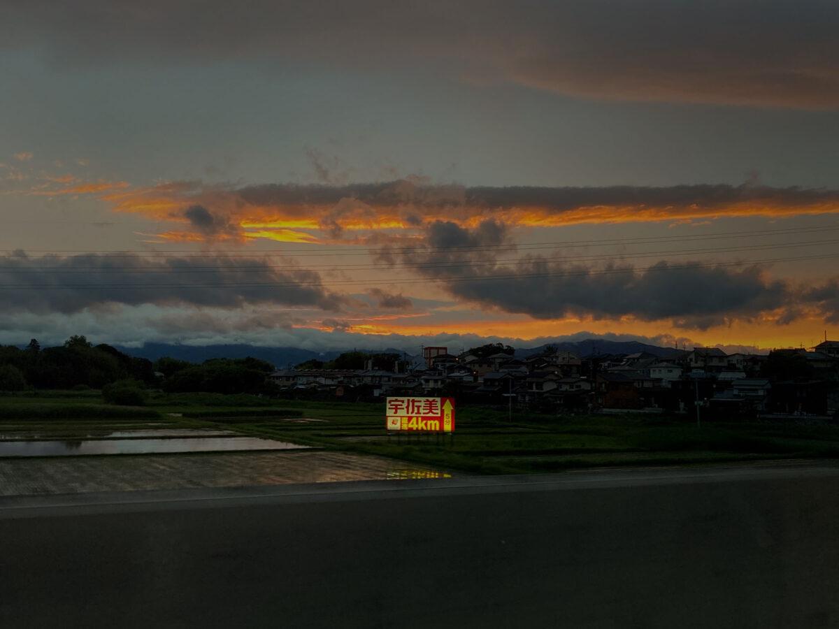 23号バイパスの夕暮れと宇佐美看板
